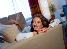 Muchacha adolescente en el sofá Imagen de archivo