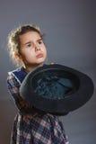 Muchacha adolescente en el sombrero de vestido brillante que lleva a cabo las manos Imagenes de archivo