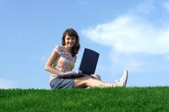 Muchacha adolescente en estudio al aire libre Foto de archivo