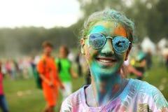 Muchacha adolescente en fest del holi Imagen de archivo