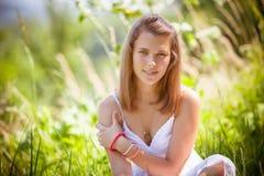 Muchacha adolescente en fondo del parque Foto de archivo