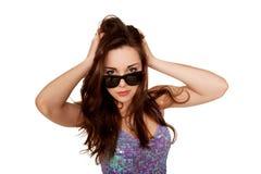 Muchacha adolescente en gafas de sol. Aislado en blanco Imagen de archivo