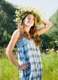 Muchacha adolescente en guirnalda de los camomiles Fotos de archivo libres de regalías