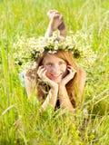 Muchacha adolescente en guirnalda de los camomiles Imagenes de archivo