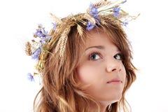 Muchacha adolescente en guirnalda del verano Imágenes de archivo libres de regalías