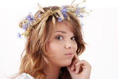 Muchacha adolescente en guirnalda del verano Imagen de archivo libre de regalías