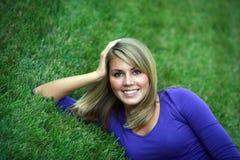 Muchacha adolescente en hierba Foto de archivo libre de regalías