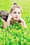 Muchacha adolescente en hierba Imágenes de archivo libres de regalías