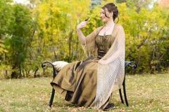Muchacha adolescente en jardín con el pájaro del goldfinch en el dedo Fotografía de archivo libre de regalías