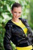 Muchacha adolescente en la chaqueta de cuero Foto de archivo libre de regalías