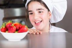 Muchacha adolescente en la cocina Imágenes de archivo libres de regalías