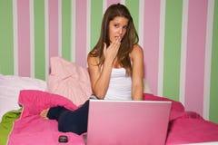 Muchacha adolescente en la computadora portátil Foto de archivo