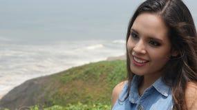 Muchacha adolescente en la costa del océano Imagen de archivo