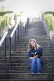 Muchacha adolescente en la escalera Foto de archivo libre de regalías