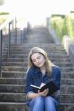 Muchacha adolescente en la escalera Fotos de archivo