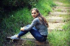 Muchacha adolescente en la escalera Foto de archivo