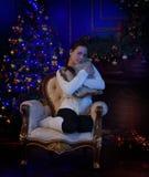 Muchacha adolescente en la Navidad en el árbol de navidad Imagen de archivo