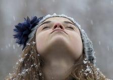 Muchacha adolescente en la nieve Imagen de archivo libre de regalías