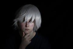 Muchacha adolescente en la peluca de plata en fondo negro Fotos de archivo libres de regalías