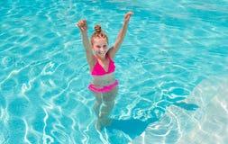 Muchacha adolescente en la piscina que la bizquea ojos Fotografía de archivo libre de regalías