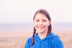 Muchacha adolescente en la playa Foto de archivo