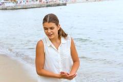 Muchacha adolescente en la playa Fotos de archivo