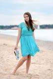 Muchacha adolescente en la playa con los pies desnudos Fotografía de archivo libre de regalías