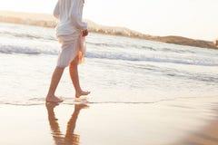 Muchacha adolescente en la playa de la mañana Mar Mediterráneo Imagen de archivo