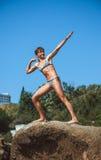 Muchacha adolescente en la playa del mar en las rocas al aire libre Foto de archivo libre de regalías