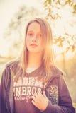 Muchacha adolescente en la puesta del sol Fotos de archivo
