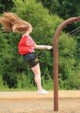 Muchacha adolescente en la vista lateral del oscilación encima del alto Fotos de archivo