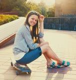 Muchacha adolescente en longboard en la calle Foto de archivo libre de regalías