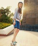 Muchacha adolescente en longboard en la calle Fotografía de archivo