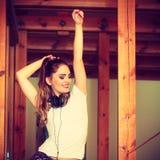 Muchacha adolescente en música que escucha de los auriculares Fotos de archivo libres de regalías