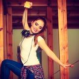 Muchacha adolescente en música que escucha de los auriculares Foto de archivo libre de regalías