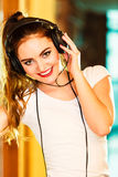 Muchacha adolescente en música que escucha de los auriculares Imagen de archivo