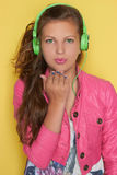 Muchacha adolescente en música que escucha rosada Imagen de archivo libre de regalías