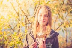 Muchacha adolescente en naturaleza Fotografía de archivo