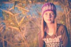 Muchacha adolescente en naturaleza Fotos de archivo