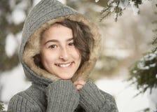 Muchacha adolescente en nieve del invierno Foto de archivo libre de regalías