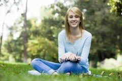 Muchacha adolescente en parque Fotos de archivo libres de regalías