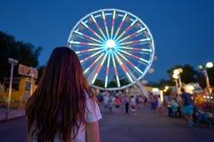 Muchacha adolescente en parque de atracciones Fotos de archivo