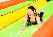 Muchacha adolescente en parque del agua Imagen de archivo
