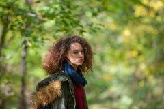 Muchacha adolescente en parque del otoño Fotografía de archivo libre de regalías