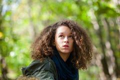 Muchacha adolescente en parque del otoño Fotos de archivo libres de regalías