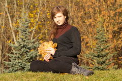 Muchacha adolescente en parque del otoño Foto de archivo