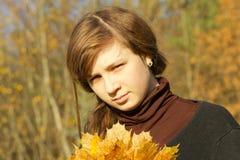 Muchacha adolescente en parque del otoño Imagen de archivo libre de regalías