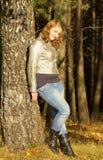 Muchacha adolescente en parque del otoño Imágenes de archivo libres de regalías