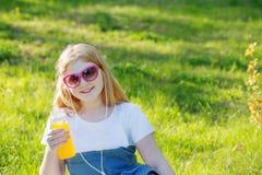 muchacha adolescente en parque del verano Imagenes de archivo