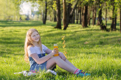 muchacha adolescente en parque del verano Foto de archivo libre de regalías